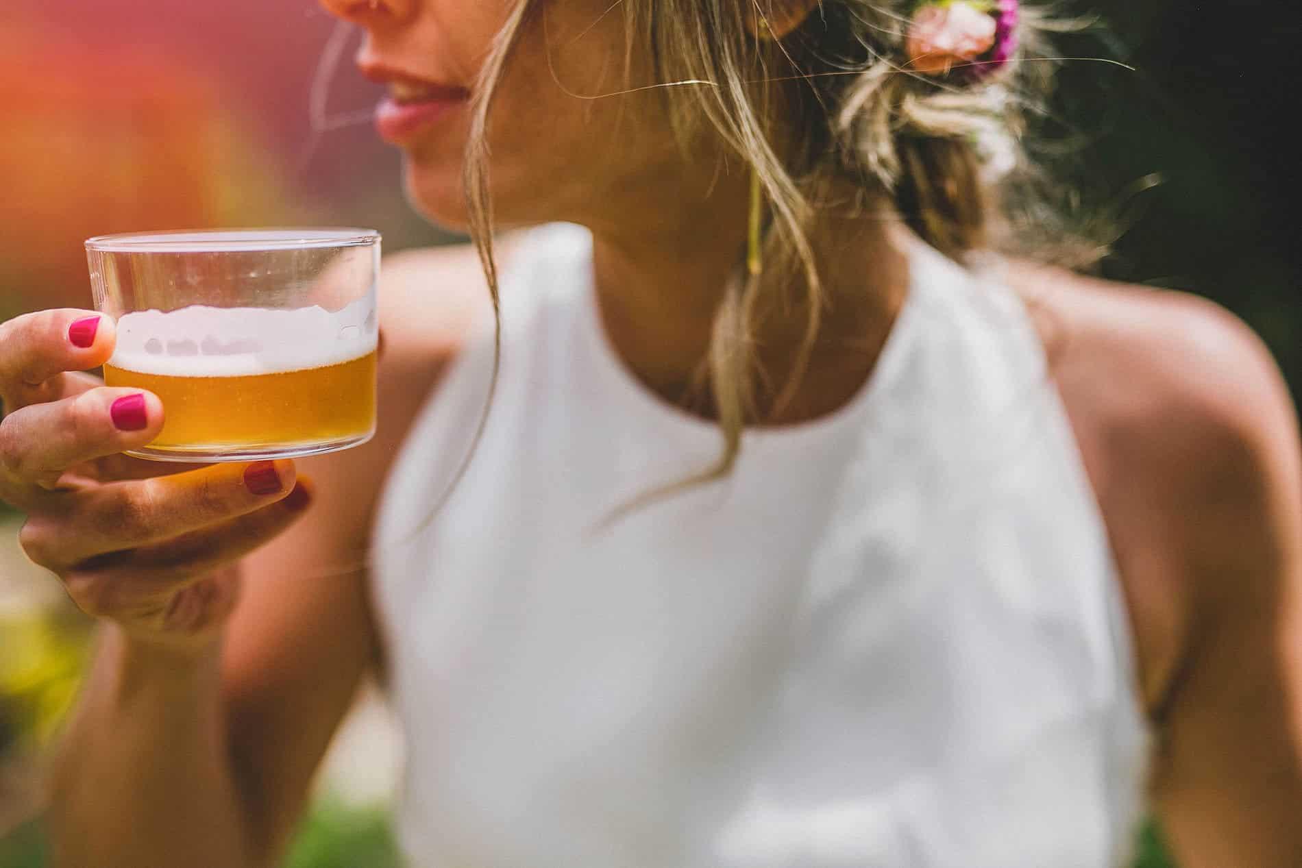 novia tomando una cerveza