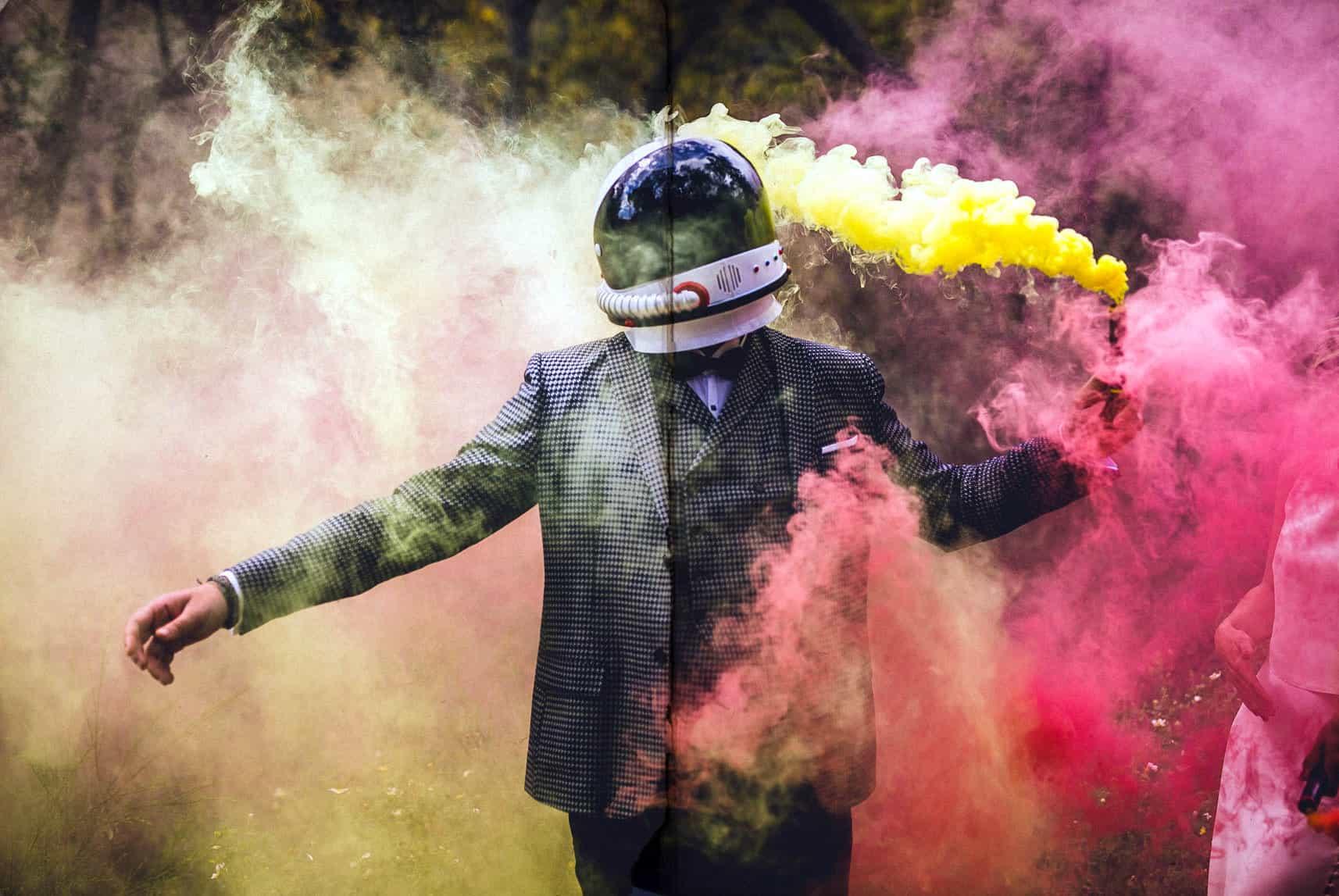novio entre humo de colores