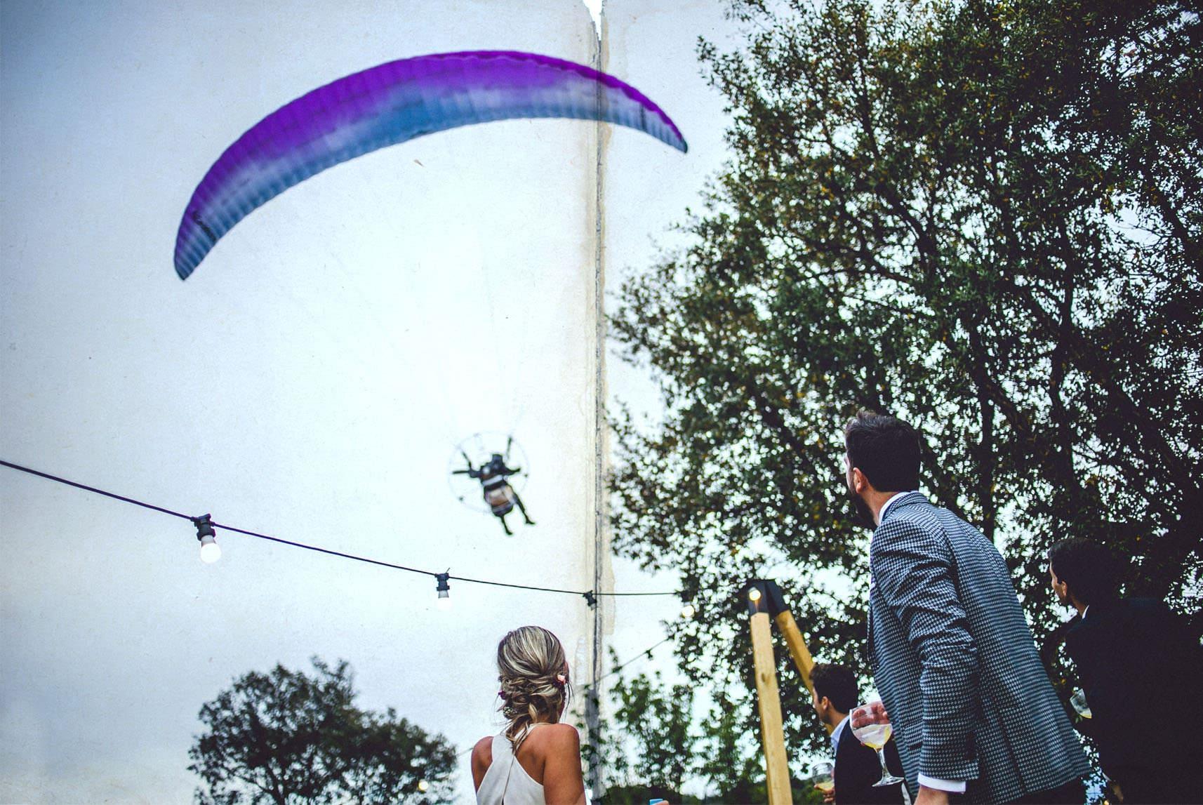 parapente sobrevuela la boda en españa