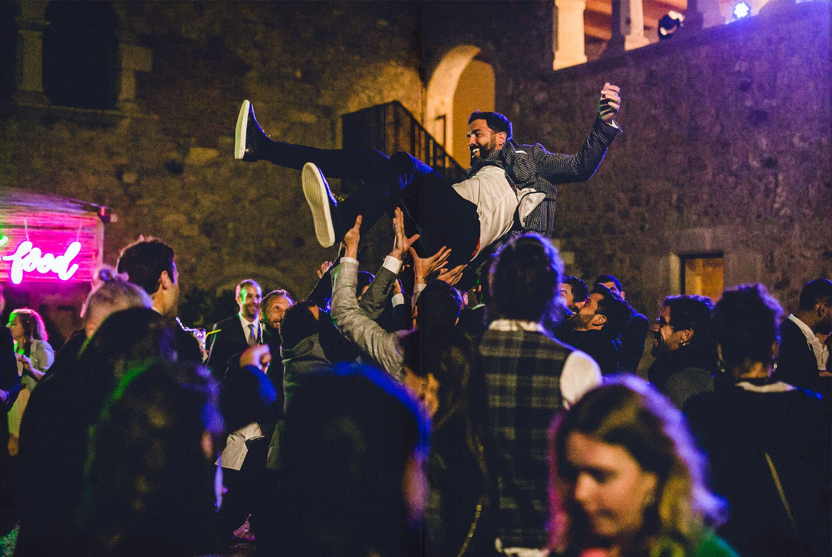 novio volando por los aires en la fiesta de boda
