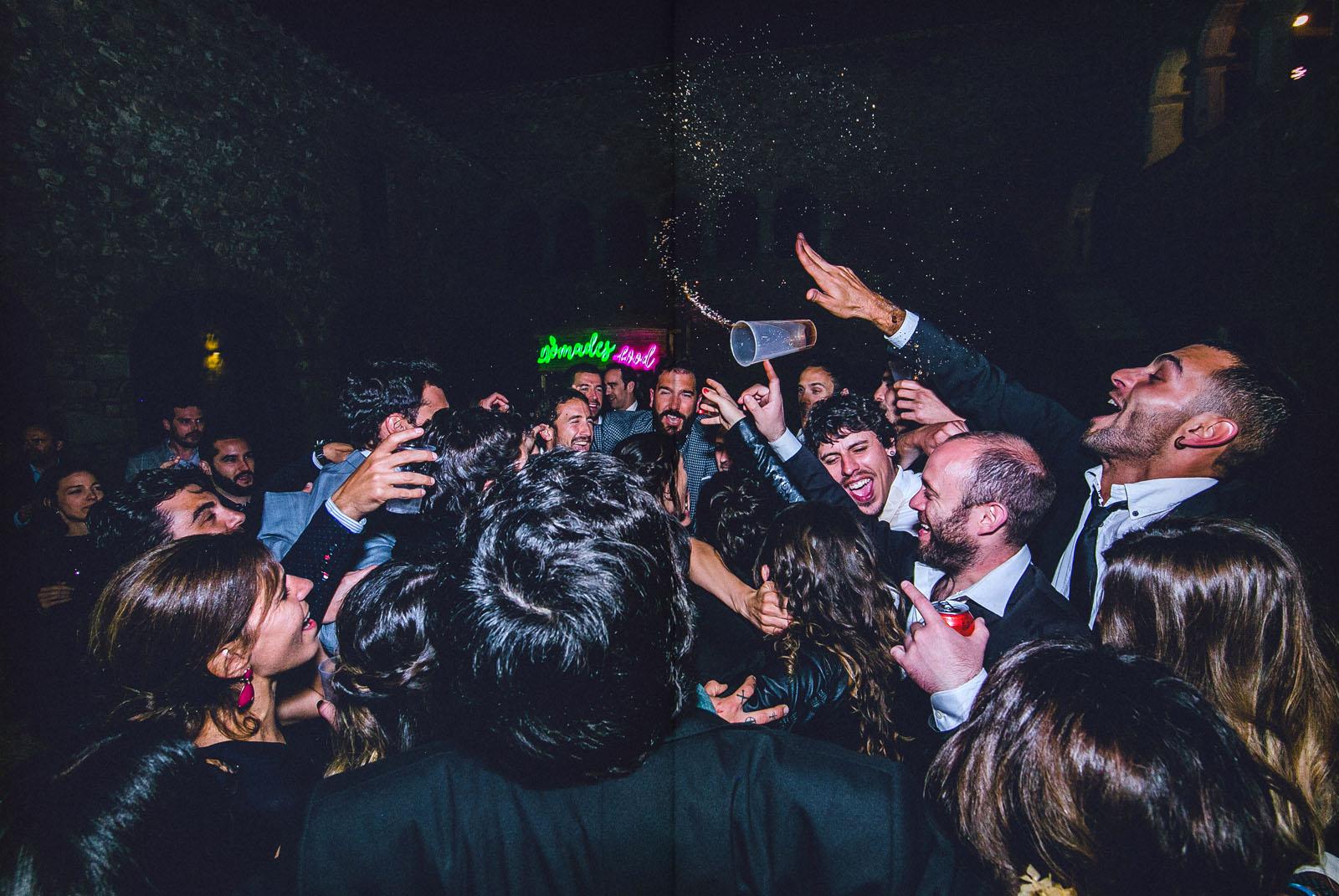 grupo de personas bailando saltando derramando alcohol