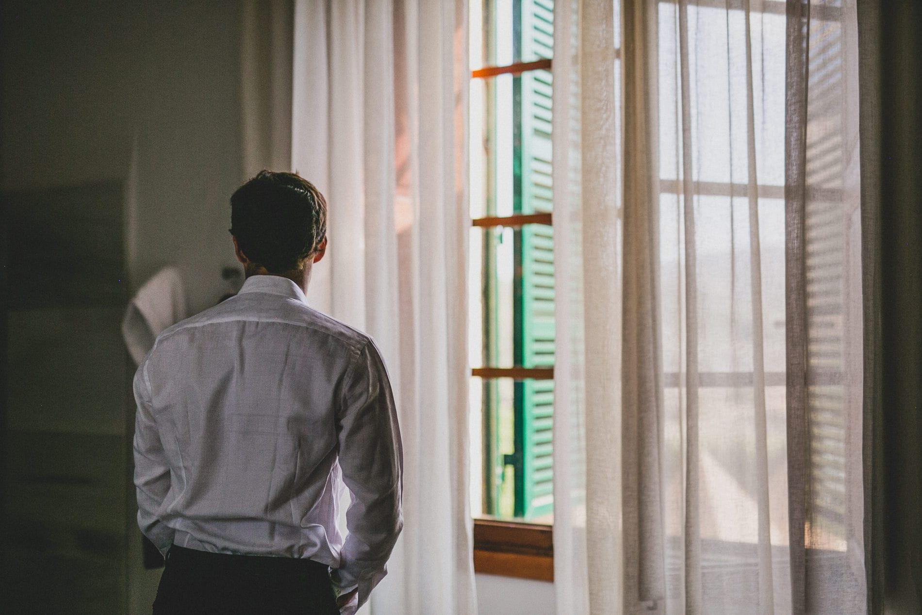 novio se viste antes de su boda en mallorca