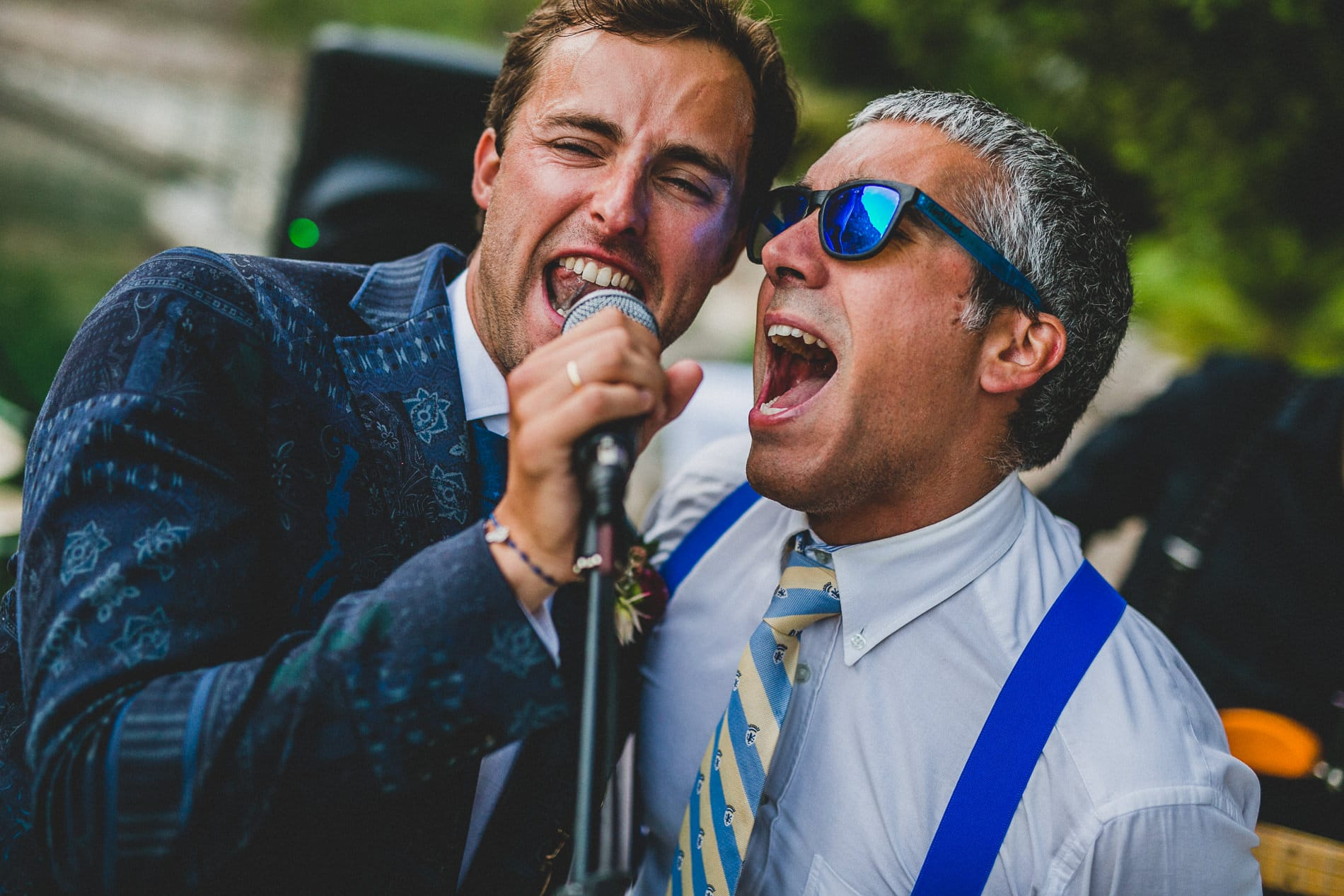novio cantando con amigo en su boda en mallorca